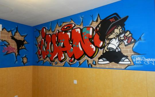Graffiti con el nombre de Iván en su dormitiorio.