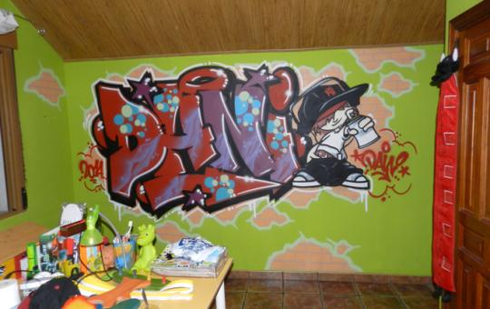 Graffiti con el nombre de Dani en su habitación como regalo de cumpleaños.
