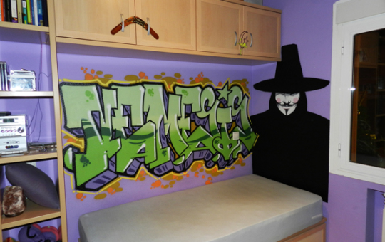 Fotografía de graffiti en habitación de Nemesis y personaje de V de Vendetta