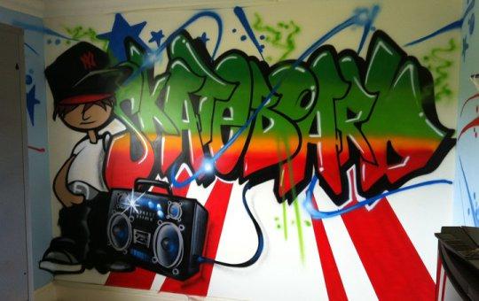 Graffiti en habitación con la palabra Skateboard acompañado de personaje y radiocasete.
